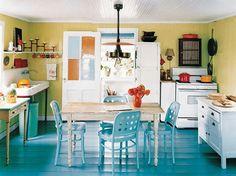 Gelbe und Blaue Interieurs - lebhaftes Design in der Küche