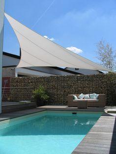 Żagiel przeciwsłoneczny, balkon, taras, basen. Zobacz więcej na: https://www.homify.pl/katalogi-inspiracji/14672/markizy-i-parasole-na-taras-i-do-ogrodu