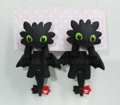 Now you can wear your own Toothless with you! Handmade earrings in polymer clay, clinging of your ears. They are totally handmade, nothing is