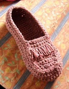 Free pattern: Crocheted Moccasins by Umme Yusuf, via Ravelry.