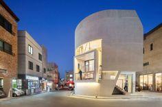 Présenté à plusieurs reprises déjà (pour retrouver les articles, cliquez ici), le bureau d'architecture Moon Hoon revient avec la réalisation de ce bâtiment à usage mixte intitulé K-Pop Curve, à baekhyeon-dong en Corée du Sud.