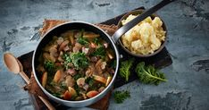 En enkel gryderet fuld af smag, hvor du kan bruge forskellige udskæringer og typer af kronvildt.  Vildtkødet er her kombineret med svampe, grønkål og æbler, og serveret med grov sellerimos.