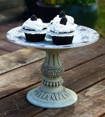 look at how pretty this cake stand is