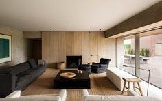 Mistura de de estilos em um único ambiente, estrutura rústica e moveis modernos e com a utilização de vidro, valorizando a iluminação natural