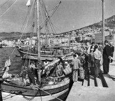 ΚΑΒΑΛΑ 1953-1956 ΦΩΤΟΓΡΑΦΙΑ ΣΠΥΡΟΣ ΜΕΛΕΤΖΗΣ Greece History, Old Greek, Old Photos, Sailing Ships, Paris Skyline, Photographers, Boat, Memories, Times