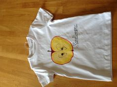 Tuunasin t-paidan maalaamalla siihen omenen ja ompelemalla napit siemeniksi.