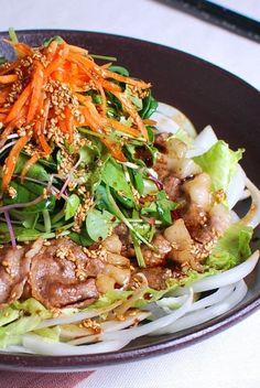 차돌박이샐러드 : 네이버 블로그 Korean Dishes, Korean Food, Food Design, Oriental Salad, K Food, Asian Recipes, Ethnic Recipes, Food Plating, No Cook Meals