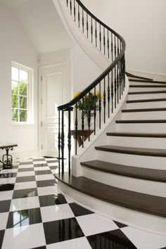 Escaleras amplias. Suelo ajedrezado.