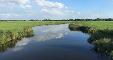 Vanuit Lemmer start u deze fietsroute. Lemmer is een plaats in de gemeente De Friese Meren. Het werd al in het begin van de 14de eeuw genoemd. Maar pas later groeide er een echte nederzetting bij de uitmonding van de binnenwateren in de Zuiderzee. Dit bleek de perfecte plaats voor koop- en ambachtslieden. Dankzij de vloot van 146 schepen werd Lemmer voor Nederland een belangrijke vissersplaats. De Groene Draeck, het zeilschip van Prinses Beatrix, is een Lemster Aak; een traditioneel… River, Mountains, Nature, Outdoor, Outdoors, Naturaleza, Outdoor Games, The Great Outdoors, Natural