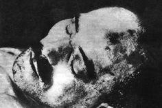 Foto: Getty Images Der Kommunist Karl Liebknecht wurde am 15. Januar 1919 in Berlin von einer Gruppe von Marineoffizieren erschossen und in den Landwehrkanal geworfen. Das Foto zeigt seine Leiche.