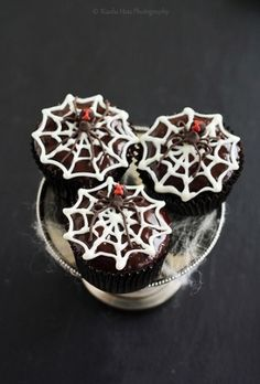 Recipe: Halloween Recipes / Make these creepy crawly Black Widow Chocolate Rum Cupcakes for Halloween and I promise you'll get oohs and aahs - tableFEAST Rum Cupcakes, Spider Cupcakes, Love Cupcakes, Cupcake Cakes, Cup Cakes, Cupcake Toppers, Halloween Party Treats, Halloween Goodies, Halloween Cupcakes