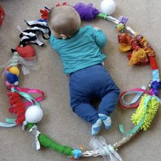 Create your Baby Sensory Hoop: moms and babies from Northamptonshire – Baby Development Tips Baby Sensory Play, Baby Play, Diy Sensory Toys For Babies, Baby Diy Toys, Homemade Baby Toys, Sensory Motor, Sensory Rooms, Infant Activities, Activities For Kids