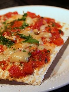 Matzo Pizza - I miss the foods we ate at school this time of year, when I taught in St. We used to eat this at after school newspaper deadline sessions during Passover. I may just pick up some Matzo at Smith's today. Kosher Recipes, Gourmet Recipes, Dinner Recipes, Healthy Recipes, Kosher Food, Yummy Recipes, Free Recipes, Passover Recipes, Jewish Recipes