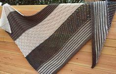 Ein Dreieckstuch: Und schon ist man immer richtig angezogen  Das Tuch ist aus feiner Merinowolle (Lana Grossa) in verschiedenen Mustern und Farben gestrickt. Ob als Halstuch, Stola oder Schal ist...
