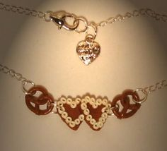 Verrückte Ohrringe und Schmuck Welt  - Halskette Lebkuchenherz mit Brezel handgemacht aus Sculpey Neuware