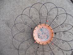 Drátovaná miska...puntík - Jako základ jsem použilakeramickou misku , kterou jsemodrátovala černým žíhaným drátem. Dozdobila jsem ji dřevěnými korálky v barvě keramiky.  Velikost: průměr 30 cm         výška   9 cm    vavavu