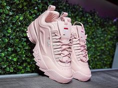 Tendance Chaussures 2017/ 2018 : Description Probably white bc I eventually want yeezy 500 which only come in pink or yellow so I only want the yeezy pink so these in white