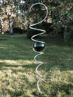 Spiral med 70 mm kula i grönt - Slättens Design Garden Crafts, Garden Projects, Garden Art, Corner Flower Bed, Garden Windmill, Hanger Crafts, Mobiles, Diy Wind Chimes, Fairy Wands