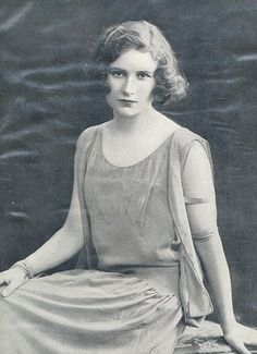 When the 5th Earl of Carnarvon died in 1923, the young American beauty Catherine Wendell and her husband Lord Porchester (Porchey) became Lord and Lady Carnarvon of Highclere castle (the real Downton Abbey)