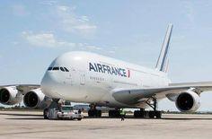 El avión más grande del mundo mide 84 mts. de largo, 88 mts. de envergadura y pesa 175 tn. Sin carga, ni combustible.