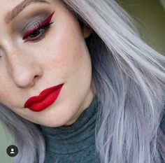 Red eyeliner with gray tones