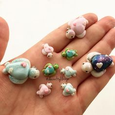 """""""These were one of the last things I was working on. Kawaii sea turtles and mini baby turtles. Baby Blue, turquoise shell, and Galaxy shell ✨…"""" Polymer Clay Kunst, Polymer Clay Figures, Polymer Clay Animals, Polymer Clay Miniatures, Fimo Clay, Polymer Clay Charms, Polymer Clay Projects, Polymer Clay Creations, Clay Crafts"""