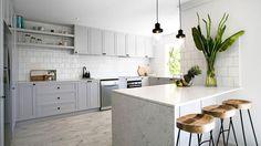 Világosszürke konyhabútor fehér csempével