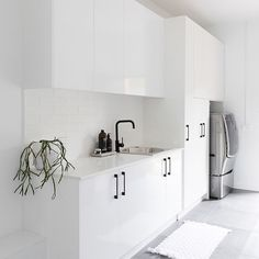Large and contemporary white laundry with grey floor tile. Modern and streamlined laundry with black handles and accessories. Laundry Room Inspiration, Modern Laundry Rooms, Room Design, Black Kitchen Handles, Dream Laundry Room, Grey Bathrooms, Grey Floor Tiles, Grey Flooring, White Laundry