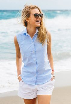 Preppy sleeveless blue Oxford shirt and white shorts Preppy Mode, Preppy Style, My Style, Classic Style, Preppy Casual, Minimal Classic, Casual Fall, Preppy Summer Outfits, Summer Outfits Women 30s