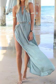 Vestido longo boho com fendas e recortes.