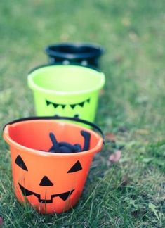 Looking for Halloween party games that are easy to plan and fun for all ages? These Halloween games are unique, fun, and perfect for kids or adults! Halloween Carnival Games, Halloween Games For Kids, Halloween Food For Party, Family Halloween, Halloween Stuff, Halloween Treats, Cute Teen Costumes, Neon Party Decorations, Fall Festival Games