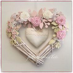 Cuore/fiocco nascita in vimini con roselline bianche e rosa,farfalla e cuore a righe      Cuore/fiocco nascita by fattoamanodaTati
