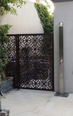Decorative screens/panels installed as a side gate look just beautiful and can be made in any size, material, and color. This one is in inexpensive compressed hardwood. ~QAQ