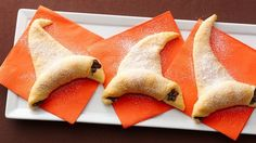 Easy to make Halloween Wicked Witch hats. Crescent rolls and chocolate, how can you go wrong? These delicious treats will be swept away within minutes. So Yummy! halloween food and drink Halloween Desserts, Postres Halloween, Halloween Goodies, Halloween Food For Party, Holidays Halloween, Happy Halloween, Halloween Dinner, Easy Halloween Treats, Samhain Halloween