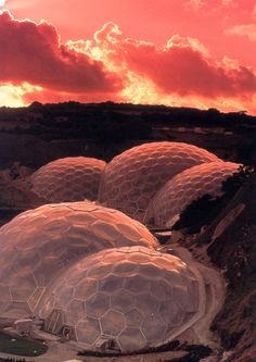 Eden Project - Saint Austell, Cornwall Looks like a settlement on a planet with a hostile atmosphere. Eden Project, Amazing Architecture, Architecture Design, Structures Gonflables, Sustainability Projects, Membrane Structure, St Just, Devon And Cornwall, Famous Buildings