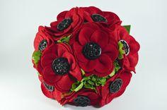 1960 Bouquet. Elaborado con 18 flores en dos tamaños diferentes y entremezcladas con flores naturales preservadas, formando un ramo de cerca de cuarenta centímetros de diámetro. El mango, forrado en lazo de raso blanco y adornado con tres alfileres acabados en perla.