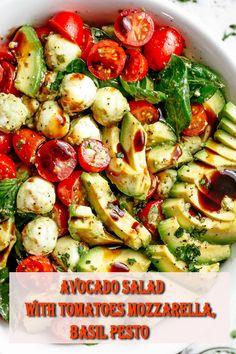 Caprese salad with creamy avocado slices and a delicious basil pesto sauce . - Caprese-Salat mit cremigen Avocado-Scheiben und einem leckeren Basilikum-Pesto-D… – Caprese salad with creamy avocado slices and a … - Plats Healthy, Healthy Salads, Healthy Eating, Healthy Recipes, Healthy Food, Healthy Party Foods, Salad Recipes Vegan, Clean Eating Lunches, Recipes With Basil