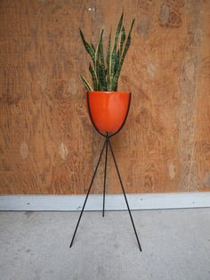 30 Impressive DIY Plant Stands You Can Build at Home Mid Century Decor, Mid Century House, Mid Century Design, Indoor Planters, Planter Pots, Indoor Herbs, Wall Planters, Succulent Planters, Modern Planters