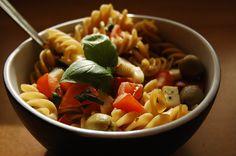Emma Gotuje: Makaron, mozzarella i oliwki. Szybka sałatka.
