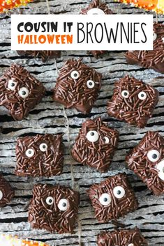 Dress up Halloween brownies to look like Cousin It from the Adams Family! These homemade Halloween brownies are not only the best brownies youll ever eat they feed the whole crowd at your Halloween party and make decorating fun for kids! Halloween Brownies, Halloween Desserts, Bolo Halloween, Pasteles Halloween, Hallowen Food, Halloween Appetizers, Homemade Halloween, Halloween Food For Party, Halloween Cupcakes