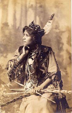 Des portraits de Ah-Weh-Eyu (Goldie Jamison Conklin), beauté indienne Sénéca Native American Images, Native American Beauty, Native American Tribes, Native American History, American Indians, American Teen, Seneca Indians, Native American Clothing, American Quotes