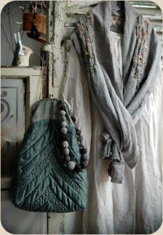 Manon Gignoux текстильная художница, кукольница и модельер, работающая в Париже. Куклы, штучки, тряпочки, одежда, мастеркая-магазин. Два отличных клипа! http://dai.ly/afwLoV…