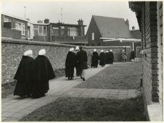 Terschellingsestraat, wijkgebouw Ons Centrum, toegangshek naar het wijkgebouw van de Nederlands Hervormde Gemeente. 1981 Lies Wiegman #ZuidHolland #Scheveningen
