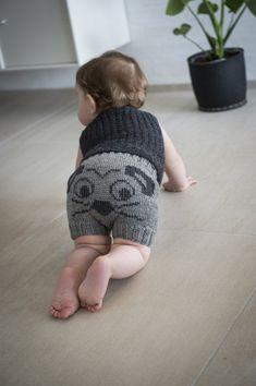 Gratis strikkeopskrift på yderst populære baby-shorts med mus på numsen. Det sjove design, med mus på numsen skaber et par
