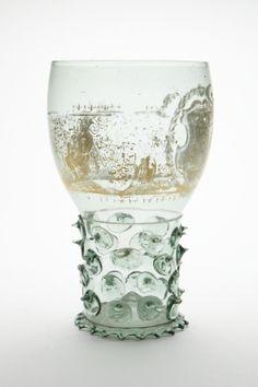 Blåst, grönt glas bemålat med guld. Från 1600-talets första hälft.
