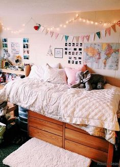 47 Charming Diy Dorm Room Decorating Ideas On A Budget. Gorgeous 47 Charming Diy Dorm Room Decorating Ideas On A Budget. How do you turn your dorm room into a lovely, relaxing and peaceful space? Does it need a major renovation […] Home Decor Bedroom, Living Room Decor, Room Inspiration, Stylish Bedroom Design, Room Decor, Aesthetic Rooms, Dressing Room Design, Dorm Room Necessities, Dorm Room Diy