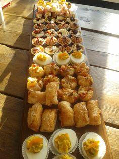 Voor een verjaardag wil je soms eens iets anders presenteren dan de standaard kaas/worst/chips/nootjes. Hieronder vind je een aantal lekkere hapjes, die niet moeilijk te maken zijn, maar waarbij je... Party Food And Drinks, Snacks Für Party, Savory Snacks, Snack Recipes, Birthday Snacks, Party Food Platters, Brunch, High Tea, Food Inspiration