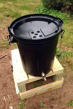 Une poubelle en plastique pour collecter l'eau de pluie pour l'arrosage