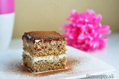 FIT TIRAMISU 1 hrnček ovsených vločiek 3/4 hrnčeka mandlí 1/2 hrnčeka trstinového cukru/medu/javorového sirupu 80g jablkového pyré 1 vajce 1/4 hrnčeka mlieka 1 ČL prášku do pečiva 1/2 ČL vanilkového extraktu krém: 500g gréckeho jogurtu 1 ČL vanilkového extraktu 3 PL medu (alebo iného sladidla)  1 malá silná káva kakao/karob (na posypanie)