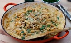 This One pan chicken alfredo recipe has a traditional garlic and cheesy flavoured sauce that is teamed up with chicken and penne.